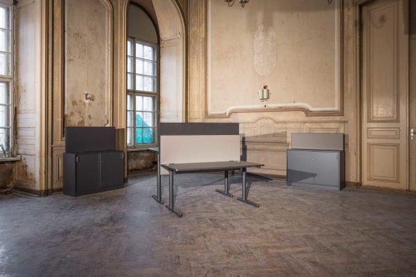 Gegenüberliegende Schreibtische mit Akustik-Trennwänden von AOS