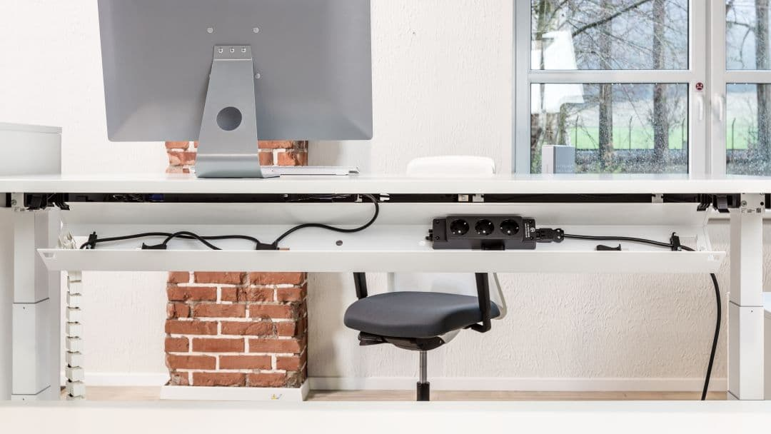 Kabelkanal am Schreibtisch für mehr Ordnung