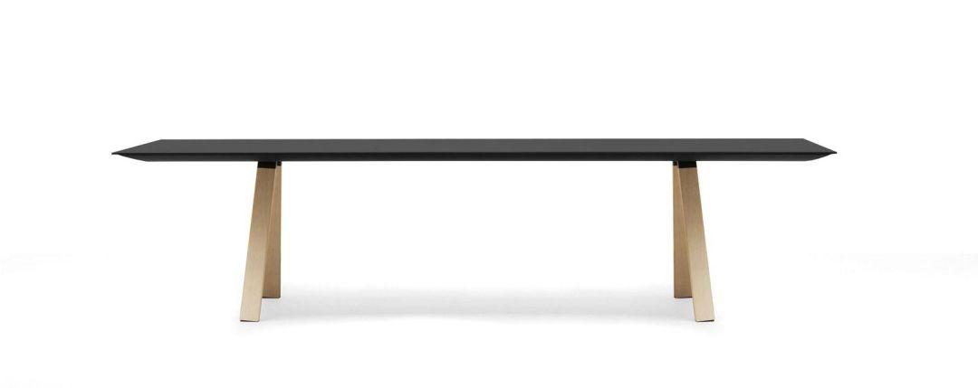 Designer Konferenztisch mit schwarzer Platte und Holzbeinen