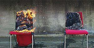 Zwei Stühle während eines Brandschutz-Versuches