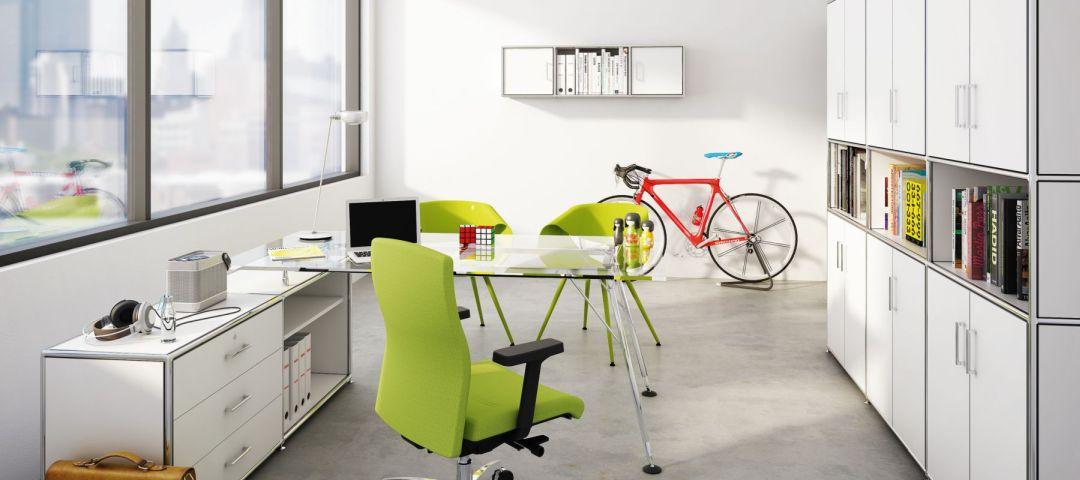 Chefzimmer mit  grünen Bürostühlen und weißen Büroschränken für genügend Stauraum