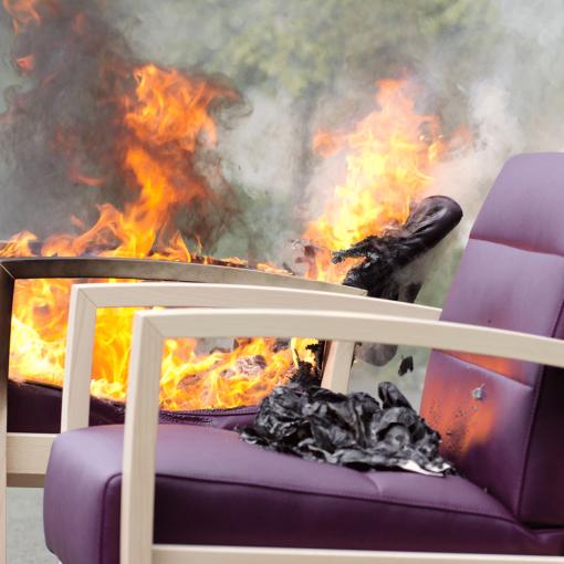 Sitzmöbel Brandschutz Papierkissentest