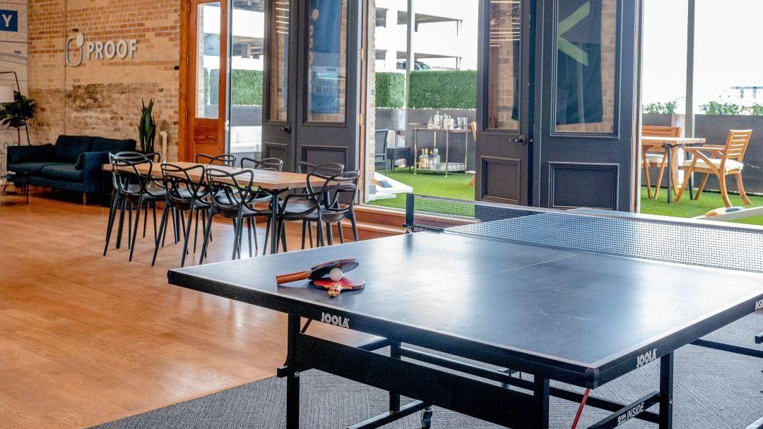 Aufenthaltsraum mit Tischtennis und Sitzmöglichkeiten