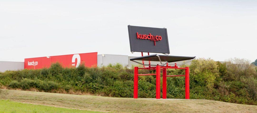 Kusch Werk und Produktion von außen mit riesigem Stuhl