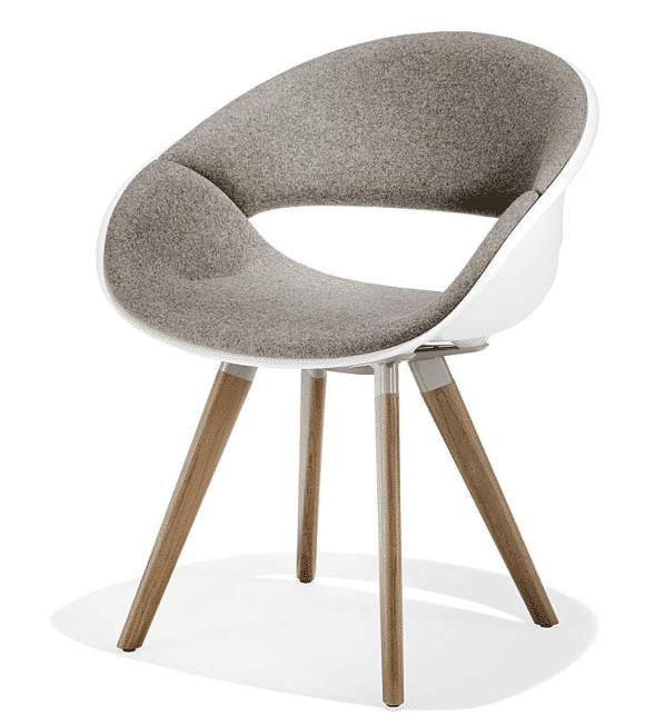 Stuhl mit Holzfüßen und Kunststoffsitzschale in weiß mit Polster
