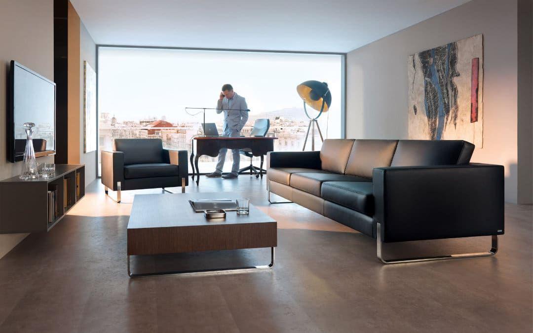 Sofa und Sessel-Serie dick gepolstert in schwarz
