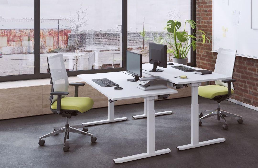 2 Sitz-Stehschreibtische mit Bürodrehstuhl