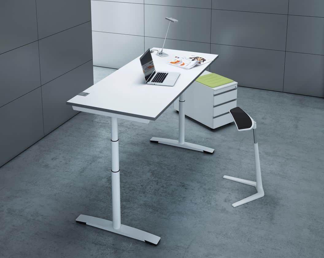 Schreibtisch in Stehhöhe mit einem Rundrohr-Gestell