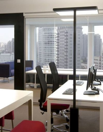 Stehlampe LINEA-F direkt am Schreibtisch