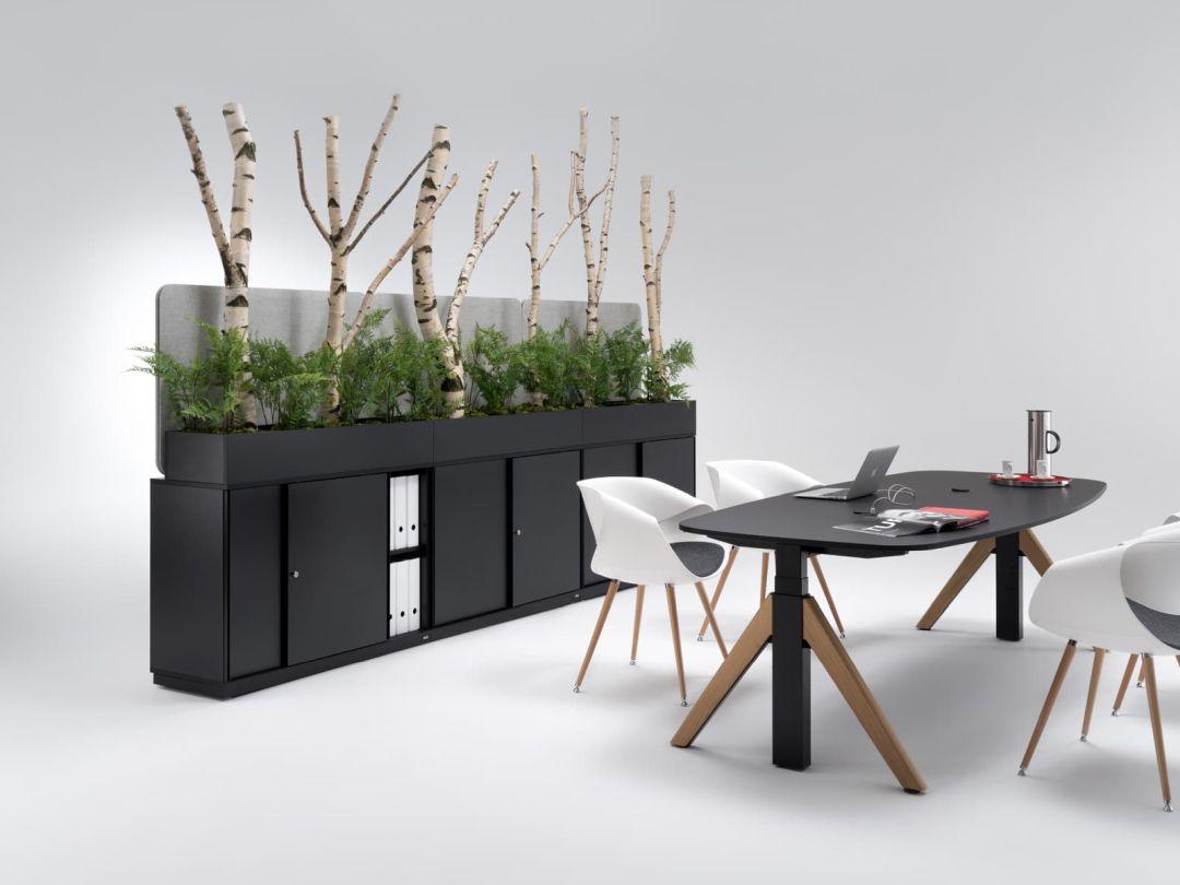 WINEA Flow als Besprechungstisch mit Holzfüßen