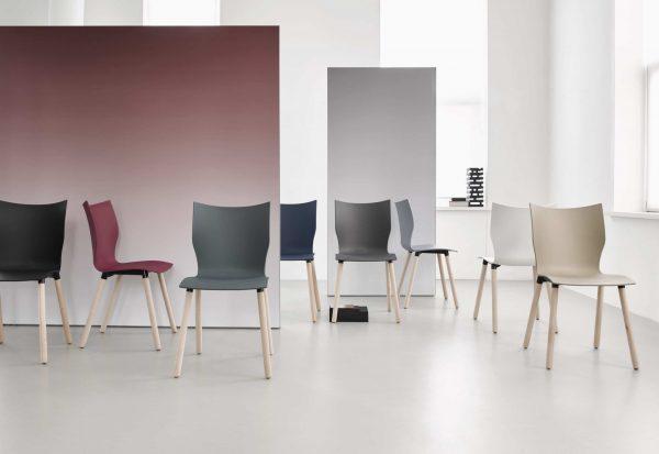 Besprechungsstuhl mit Kunststoffschale und Holzfüßen
