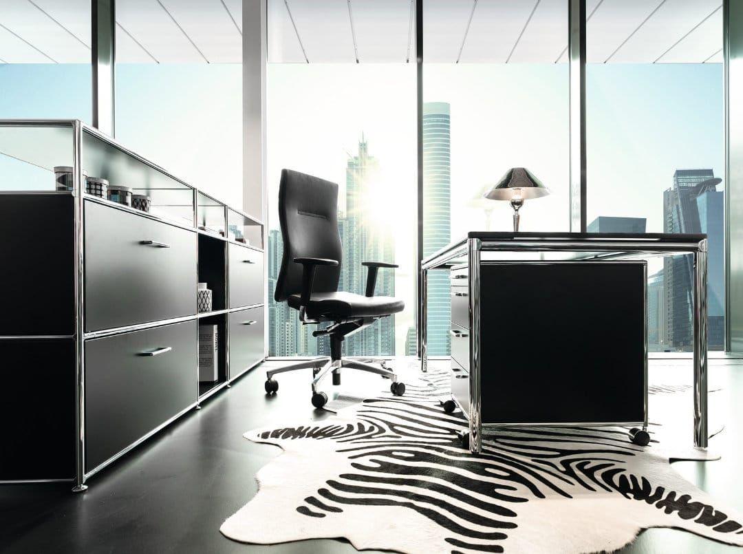 Chefbüro mit eigener Note, angefangen beim Teppich bis hin zur Schreibtischleute