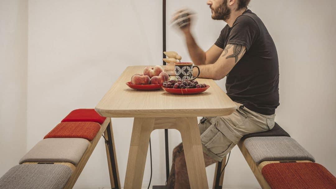 Coworking Meetingtisch mit Holzbänke