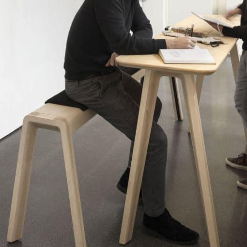 Holztisch mit Bank zum Stehen von True Design