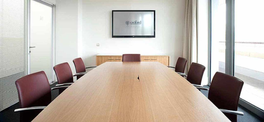 Medienklappe in einem Konferenztisch