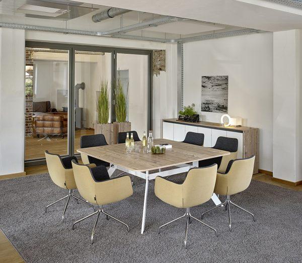 Spider Konferenztisch eckig von Febrü mit weißem Gestell und heller Tischplatte