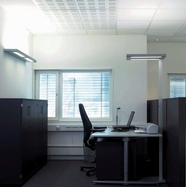 Arbeitsplatzleuchte Free-F stehend am Schreibtisch