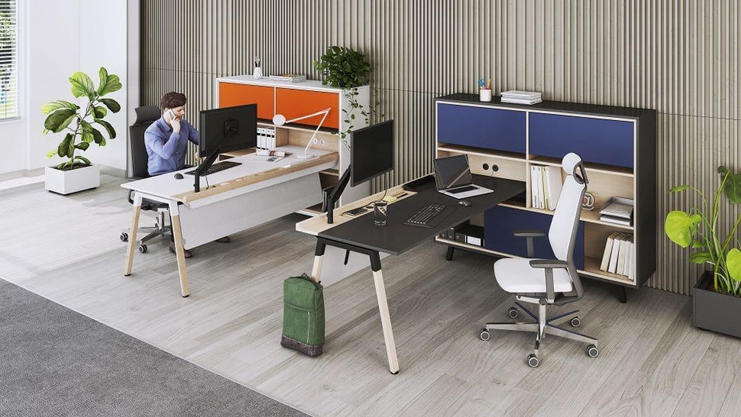Integrierte Holzleiste für Technik und Monitor
