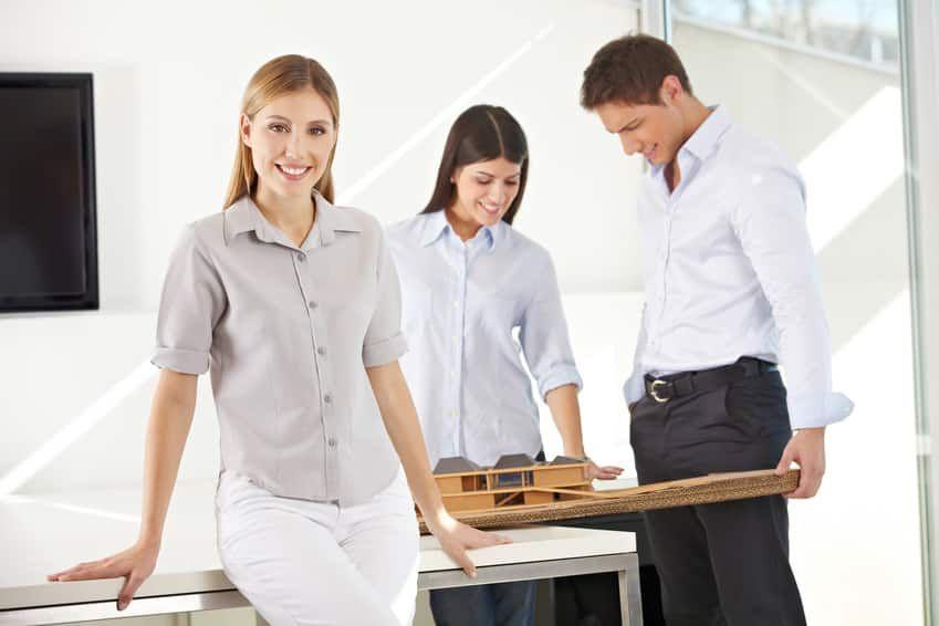 Drei Mitarbeiter, die sich einen Entwurf anschauen. In 3D ausgedruckt