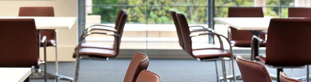 Teaserbild Konferenzstühle im Raum