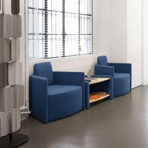 Blaue Sessel mit integriertem Tisch