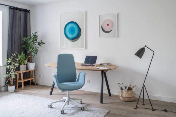 Ellie Pro im Home-Office in blau