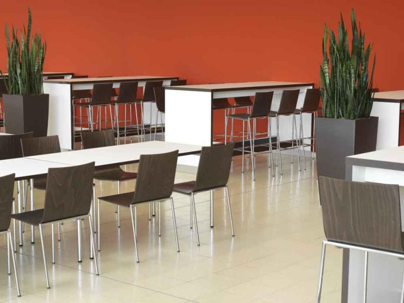 Normale Tische und Stehtische mit Stühlen