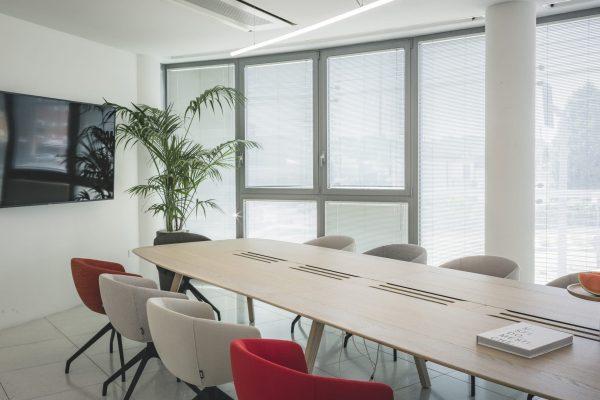 WING Konferenztisch mit integrierten Steckdosenleisten
