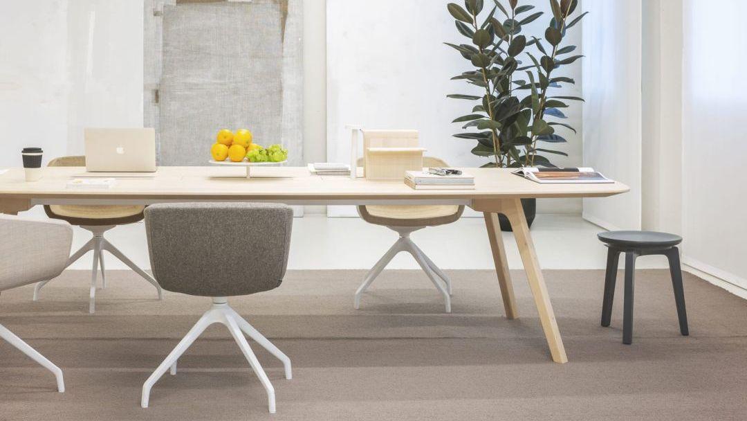Großer Konferenztisch aus Holz