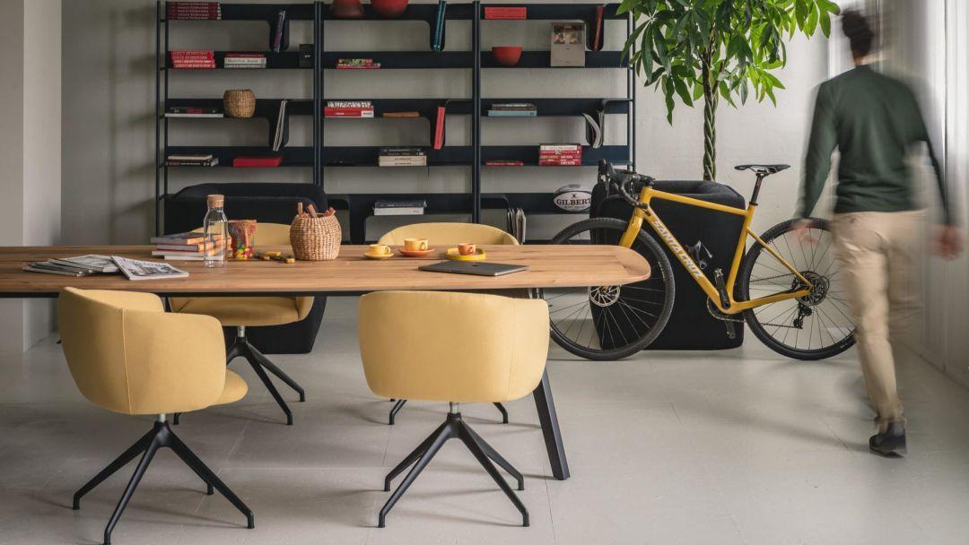Moderner Holztisch für Besprechungen